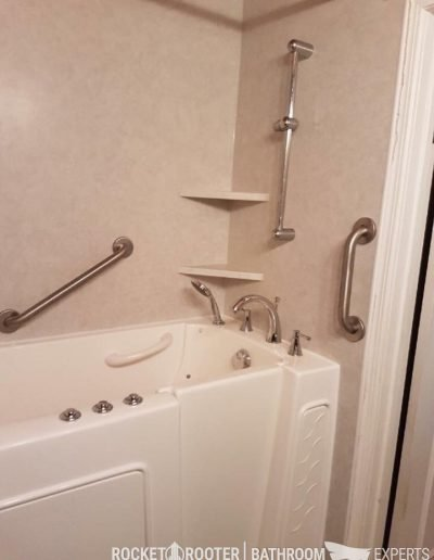 Walk_In_Tub_in_Small_Bathroom_Winnipeg_Rocketrooter_Bathroomexperts_02